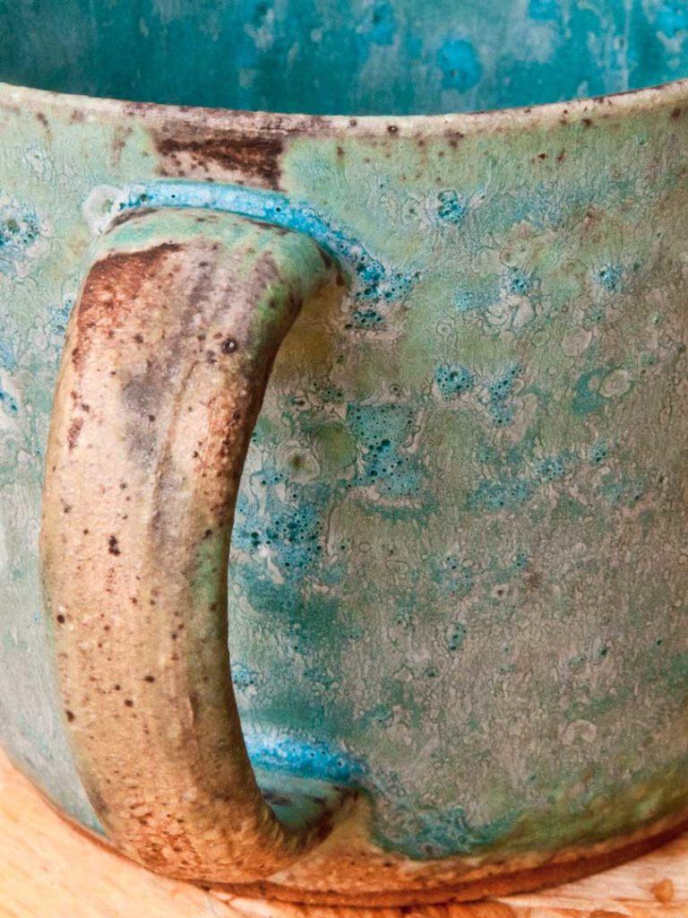 Niezwykły ceramiczny kubek. Bajkowe kolory.