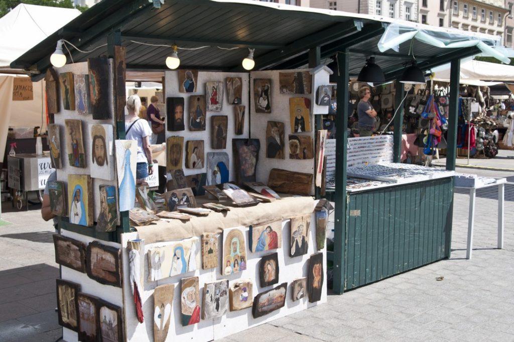 Stoisko z ikonami malowanymi na drewnie. Kraków.