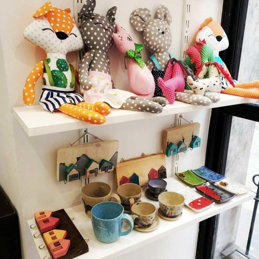 Galeria rękodzieła, ceramika, biżuteria zabawki.