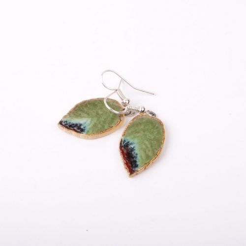 Małe kolczyki liście w subtelnych barwach - prezent